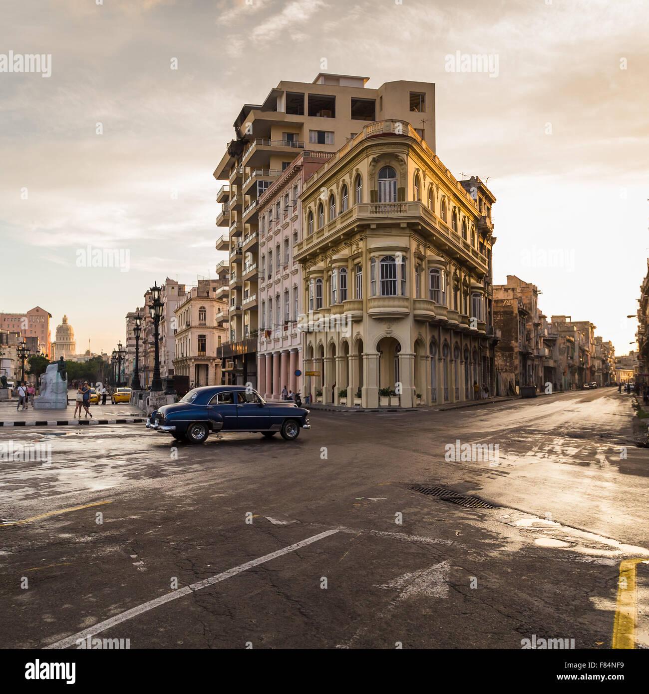 El cruce de las calles San Lázaro y el Prado iluminado en la hermosa luz dorada como el sol comienza a ponerse. Imagen De Stock
