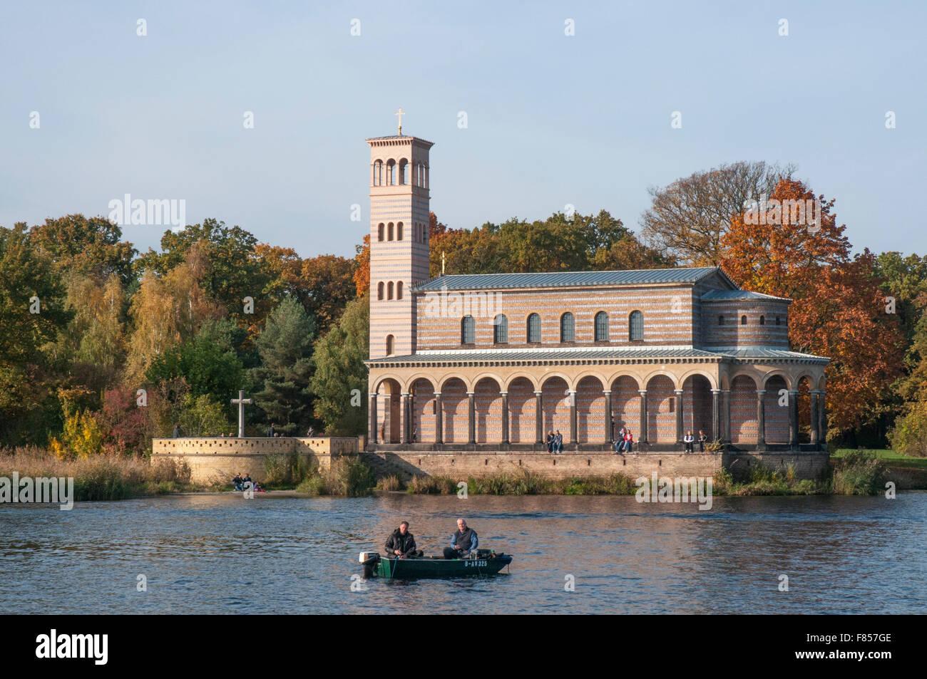 La Heilandskirche Sacrower sobre el Havel waterway cerca de Potsdam, dividido en dos por la Guerra Fría frontera Imagen De Stock