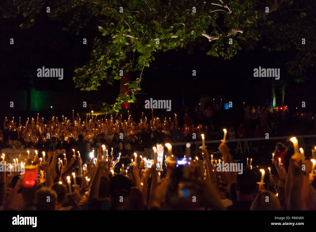 A la luz de las velas vigilia nocturna durante la semana de Elvis, Graceland, Memphis, Tennessee, el 15 de agosto Foto de stock