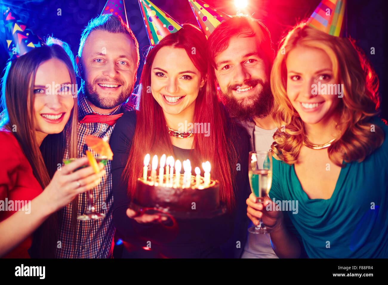 Tarta de Cumpleaños con amigos alegres vítores en night club Imagen De Stock