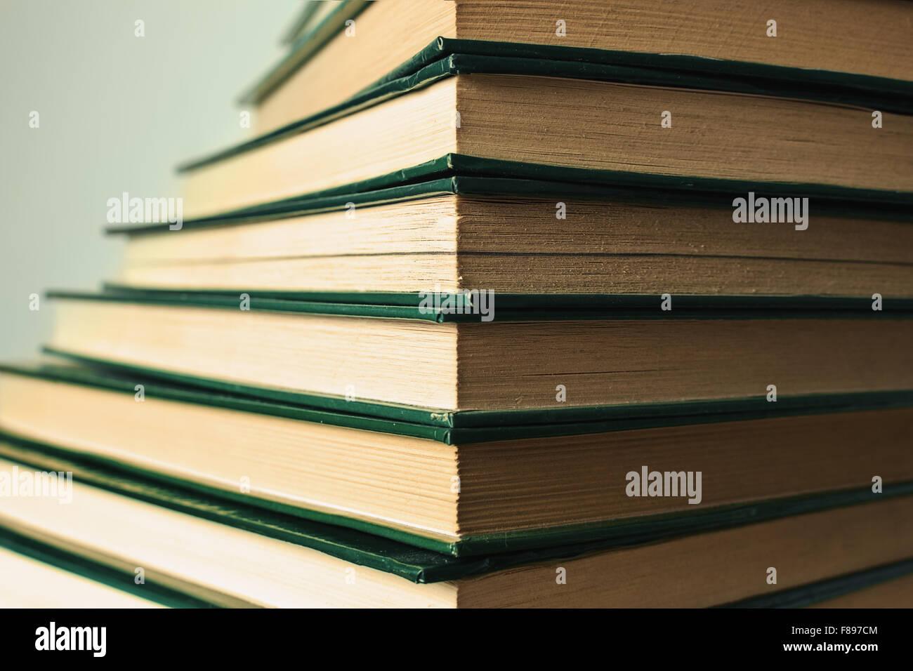 pila de libros de tapa dura en forma de escalera concepto