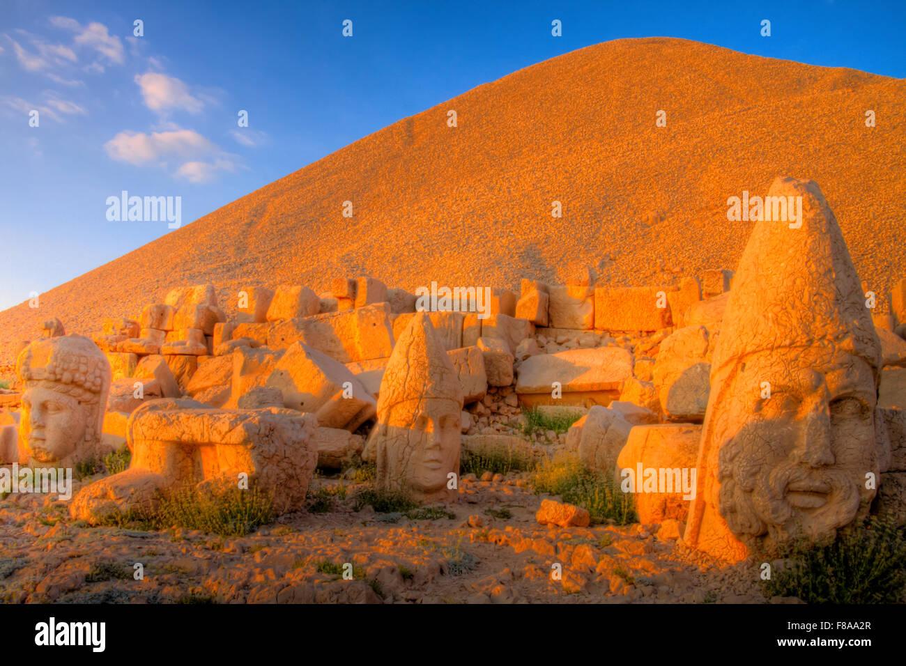 Sculputed enormes cabezas, Mt. Nemrut National Park, Turquía, antiguos restos de más de 2000 años de cultura Commagene Foto de stock