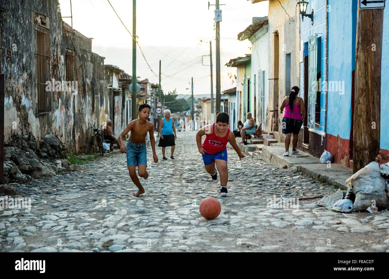 Ninos Jugando Al Futbol En La Calle De La Trinidad El Pavimento De