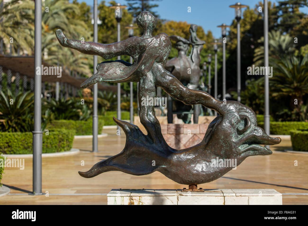 Escultura en bronce de delfines y el hombre en la Avenida del Mar en Marbella por el catalán y el pintor español Foto de stock