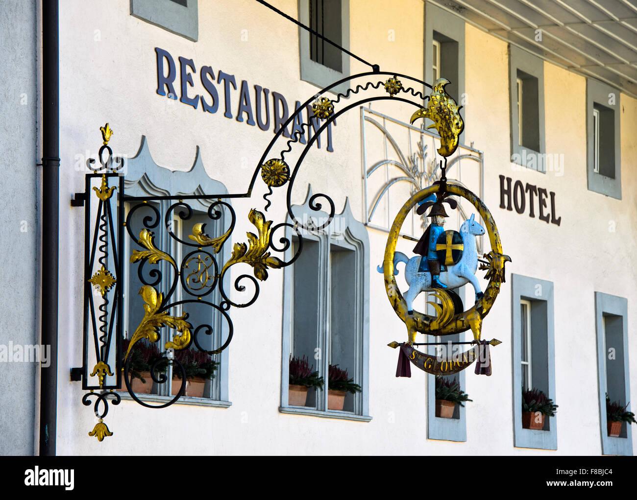 Restaurante firmar con el caballo-rider St. Georg, Hostellerie Saint-Georges, Gruyeres, cantón de Friburgo, Imagen De Stock