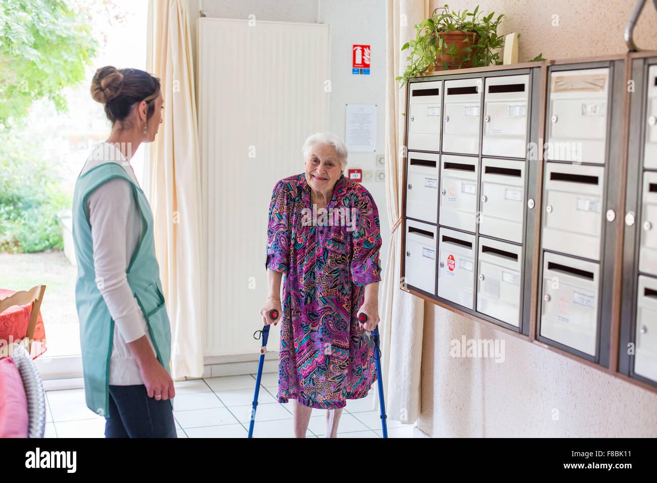 Mujer de 97 años que vive en una residencia para ancianos independientes, Dordogne, Francia. Imagen De Stock
