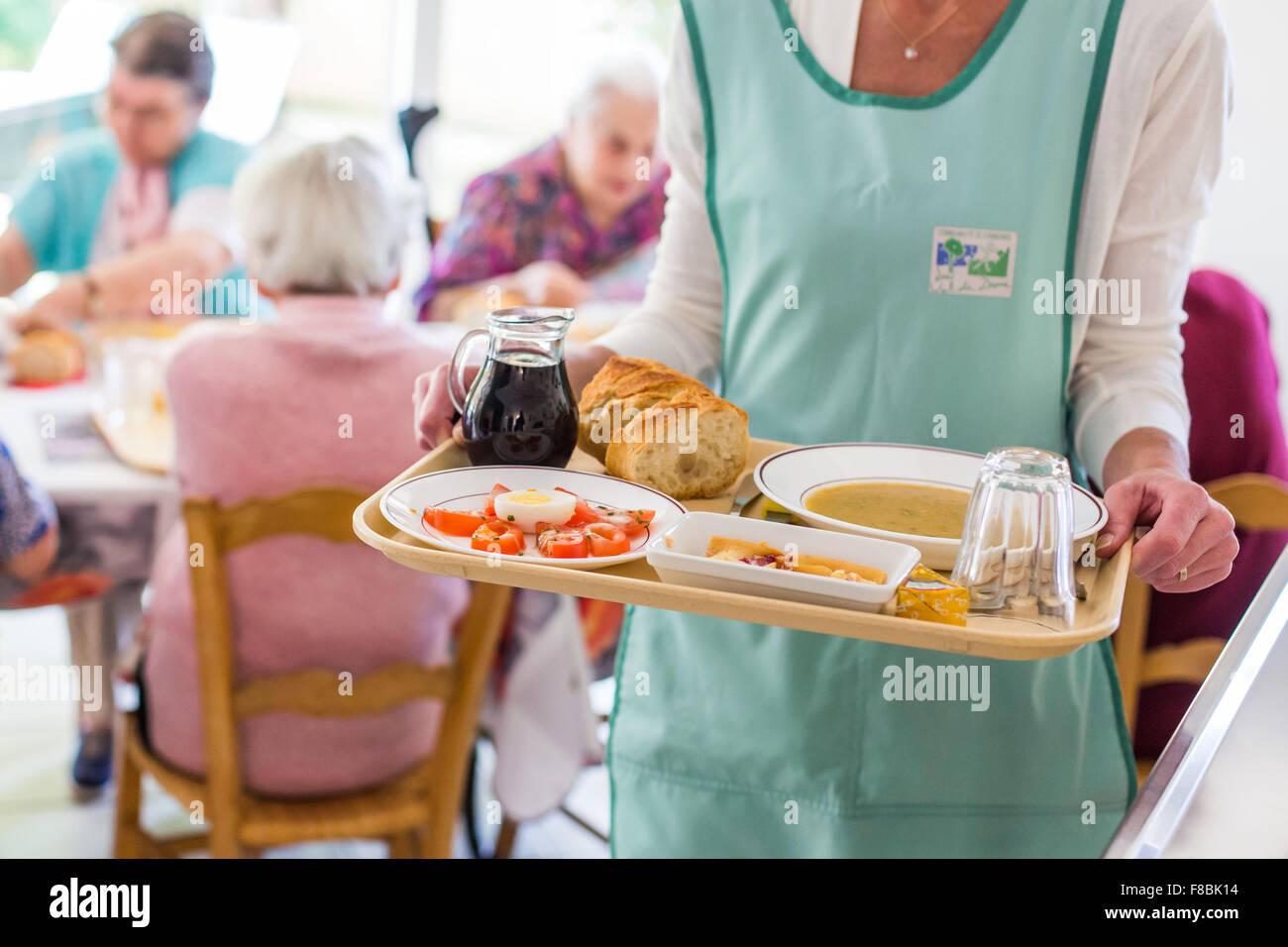 Ancianos personns en el refectorio de una residencia para ancianos independientes, Dordogne, Francia. Imagen De Stock