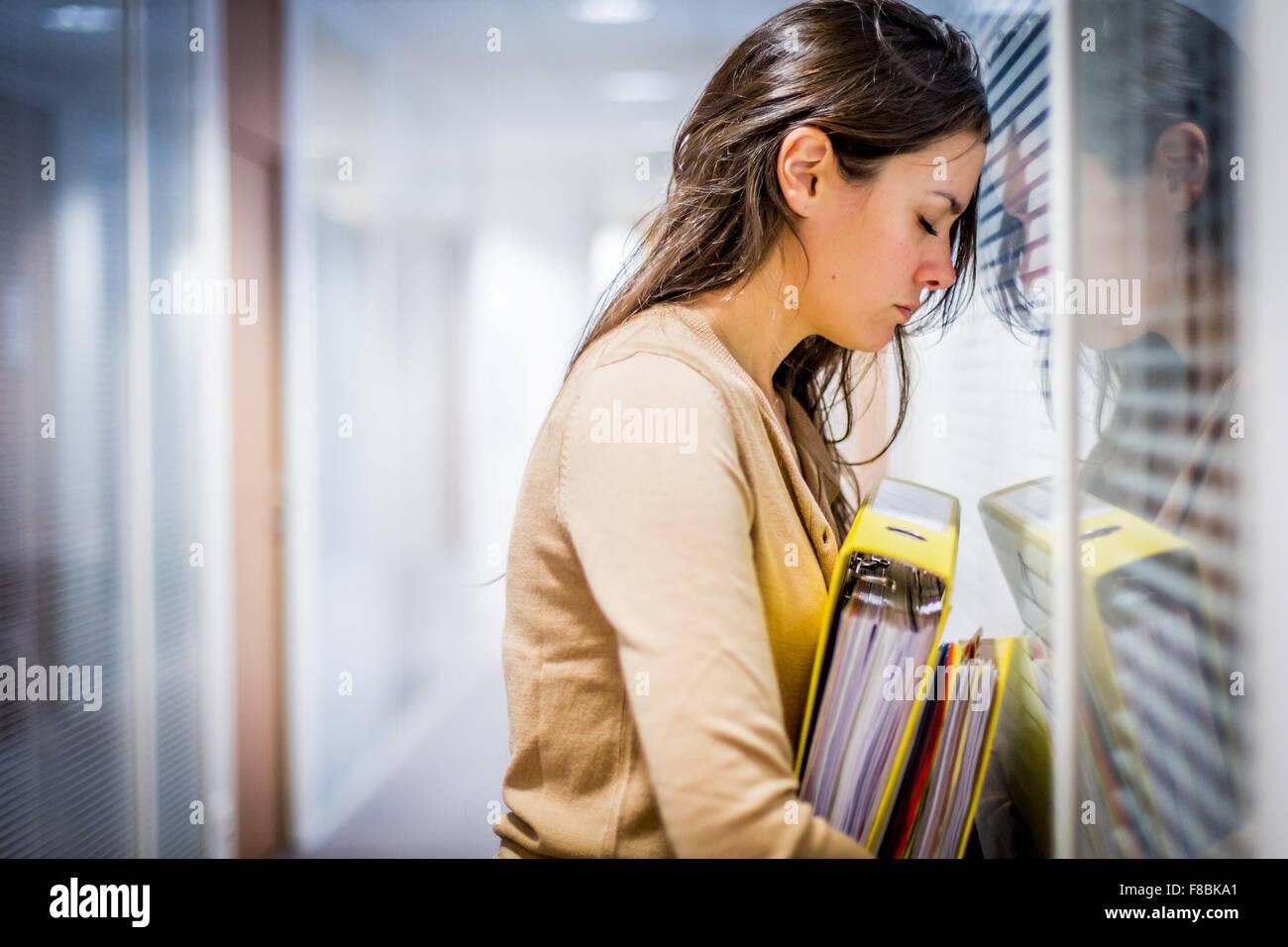 Cansada mujer en el trabajo. Imagen De Stock
