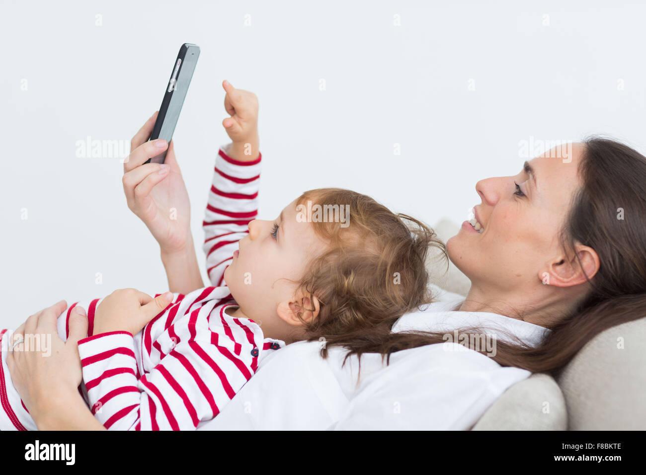 Niño de 2 años con teléfono celular. Imagen De Stock