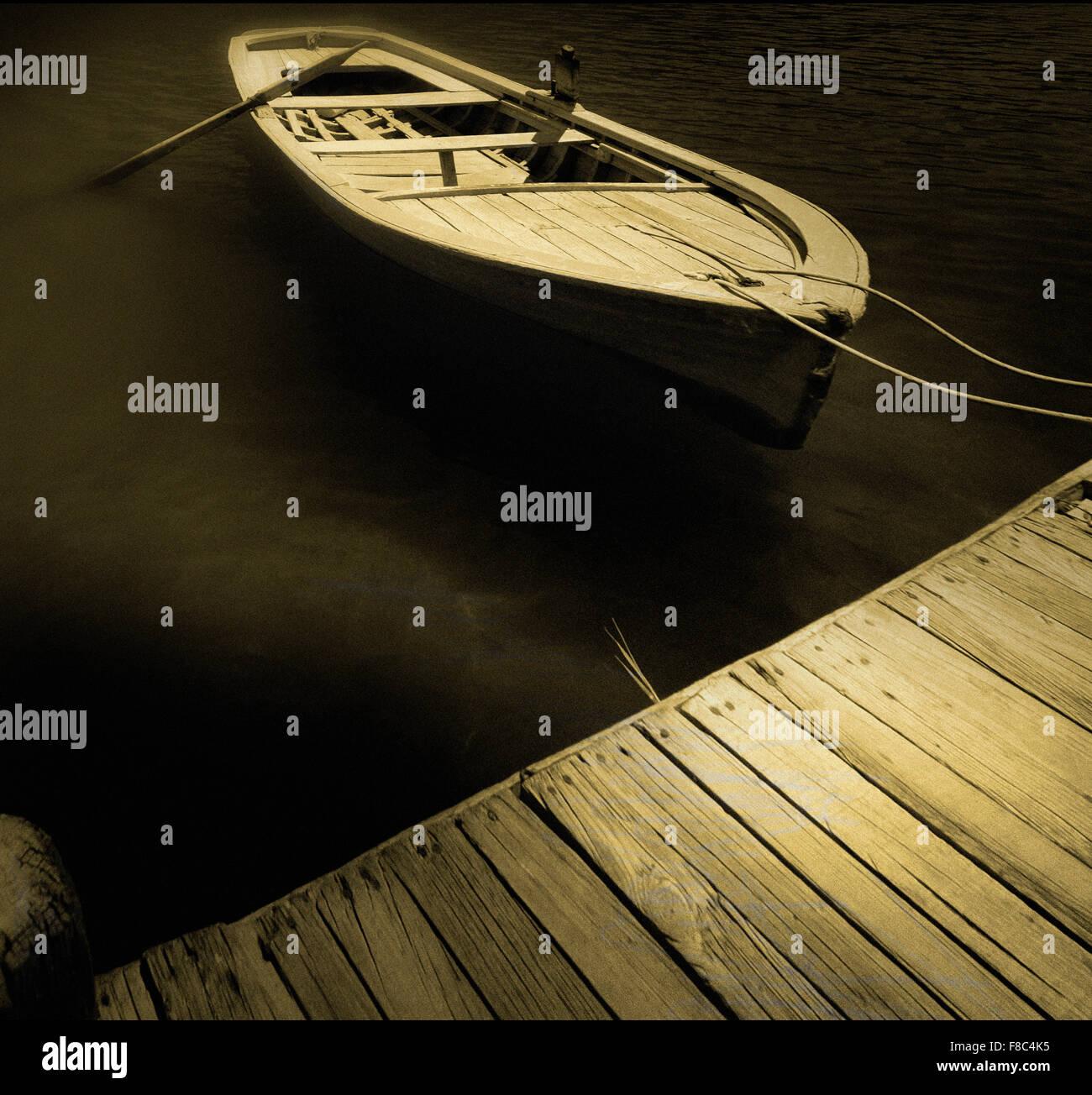 Barco amarrado al muelle Imagen De Stock