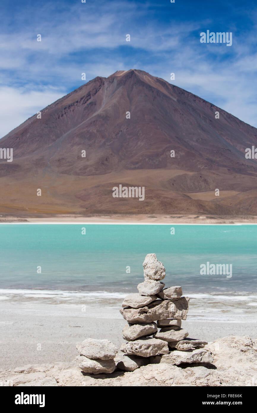 Laguna Verde con el cielo azul y el montón de piedras, Bolivia Imagen De Stock