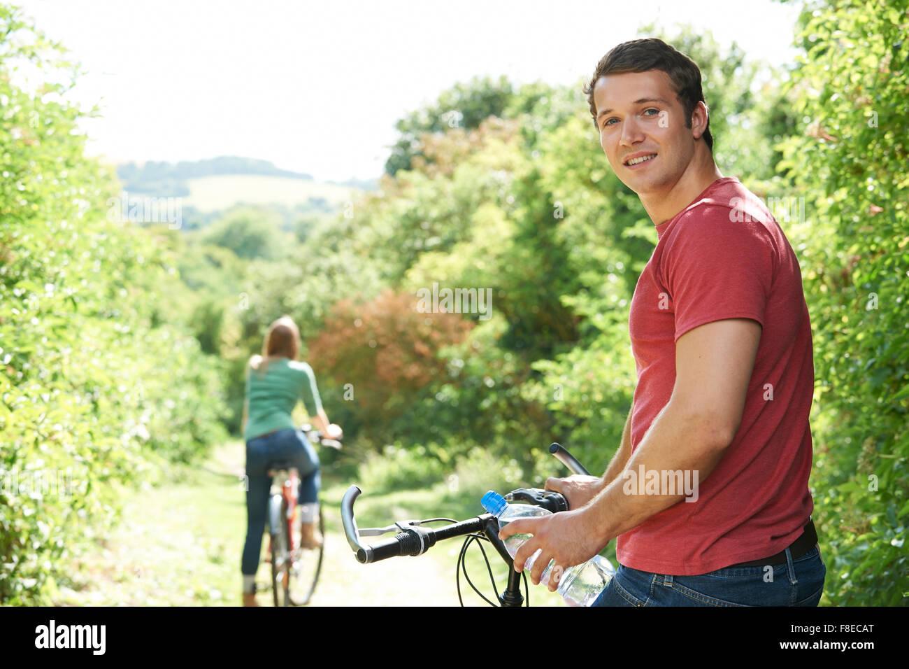 Yoing par de ciclismo en el campo Imagen De Stock