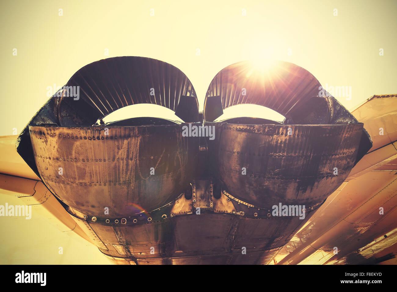 Tonos Retro jet tubos de escape contra el sol. Imagen De Stock