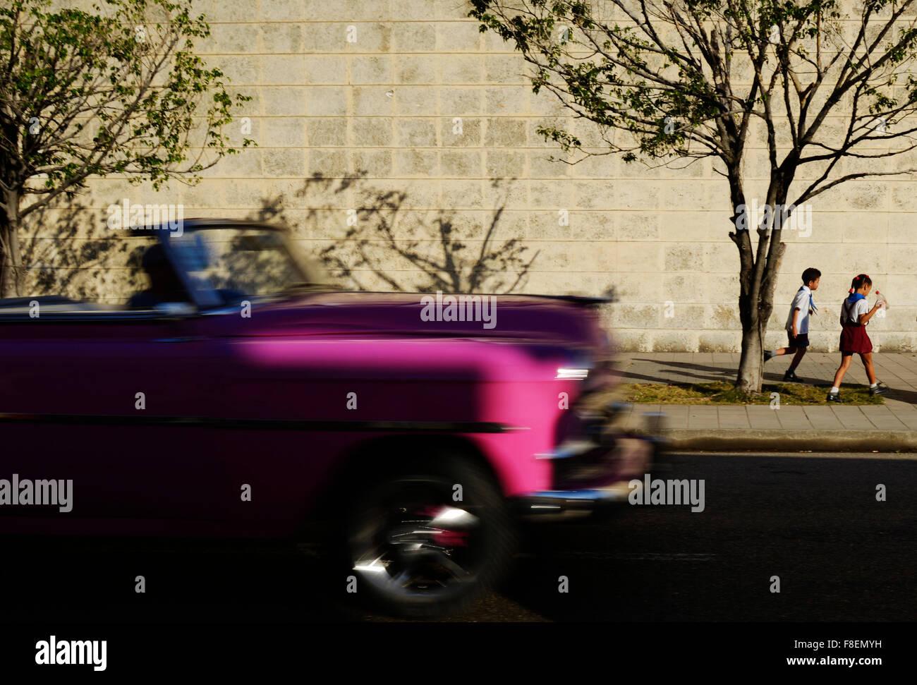 La Habana, Cuba. 24 Feb, 2015. Miles de veteranos estadounidenses van los coches por las calles de La Habana, Cuba, Imagen De Stock