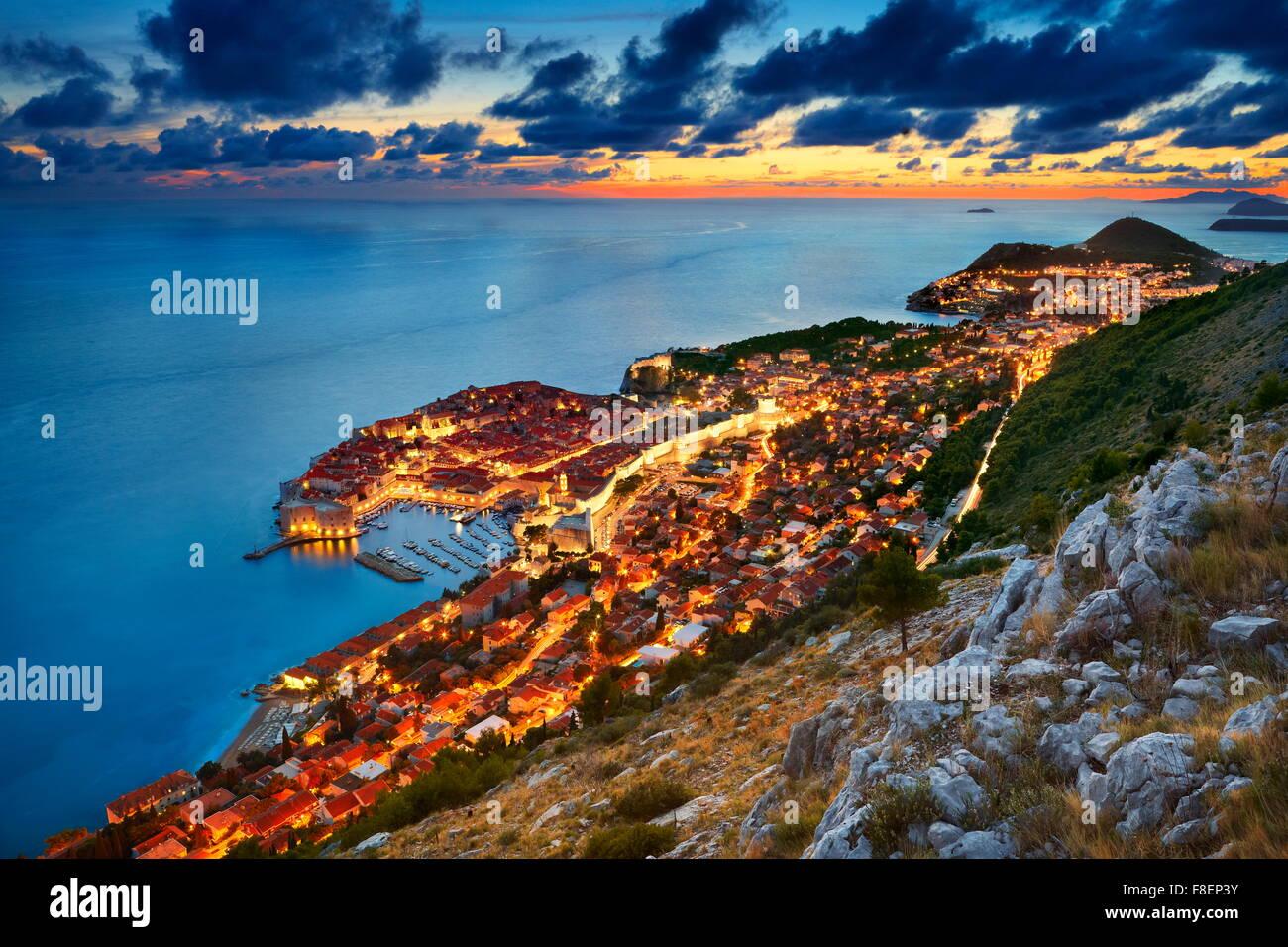 Dubrovnik - vistas al casco antiguo de la ciudad por la noche, Croacia Imagen De Stock