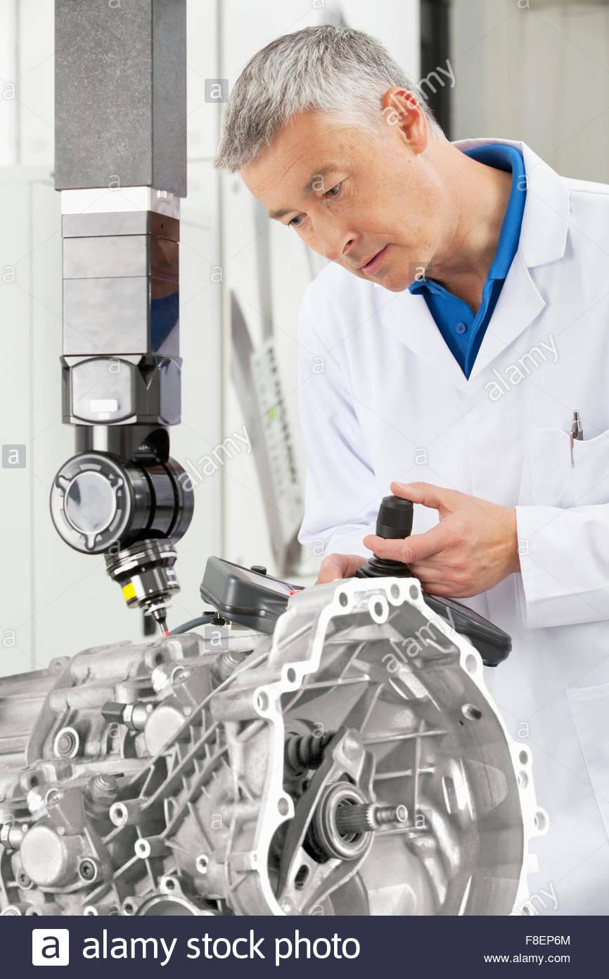 Ingeniero con joystick control de sonda de bloque del motor de análisis Imagen De Stock