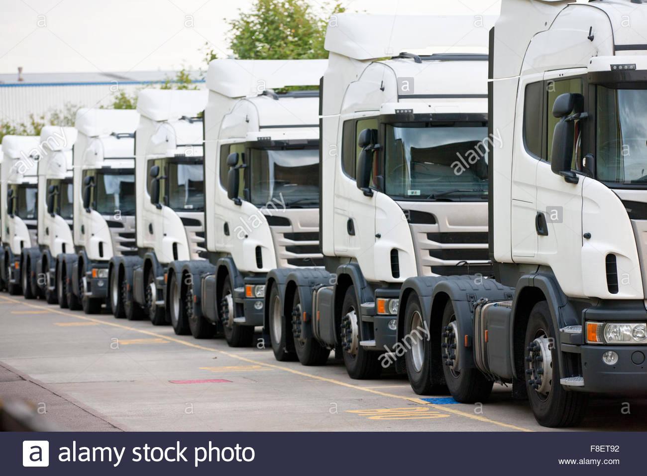Transporte camiones estacionados en una fila Imagen De Stock
