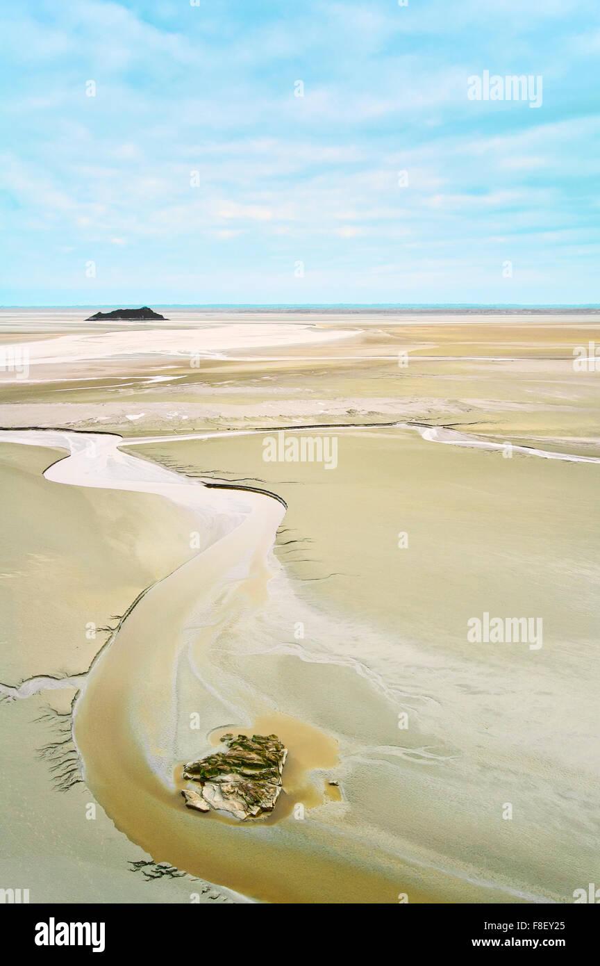 La marea baja y formaciones rocosas en la bahía del Mont Saint Michel landmark. Normandía, Francia, Europa Foto de stock