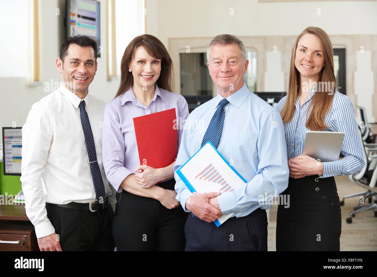 Retrato de equipo comercial en oficina moderna Imagen De Stock
