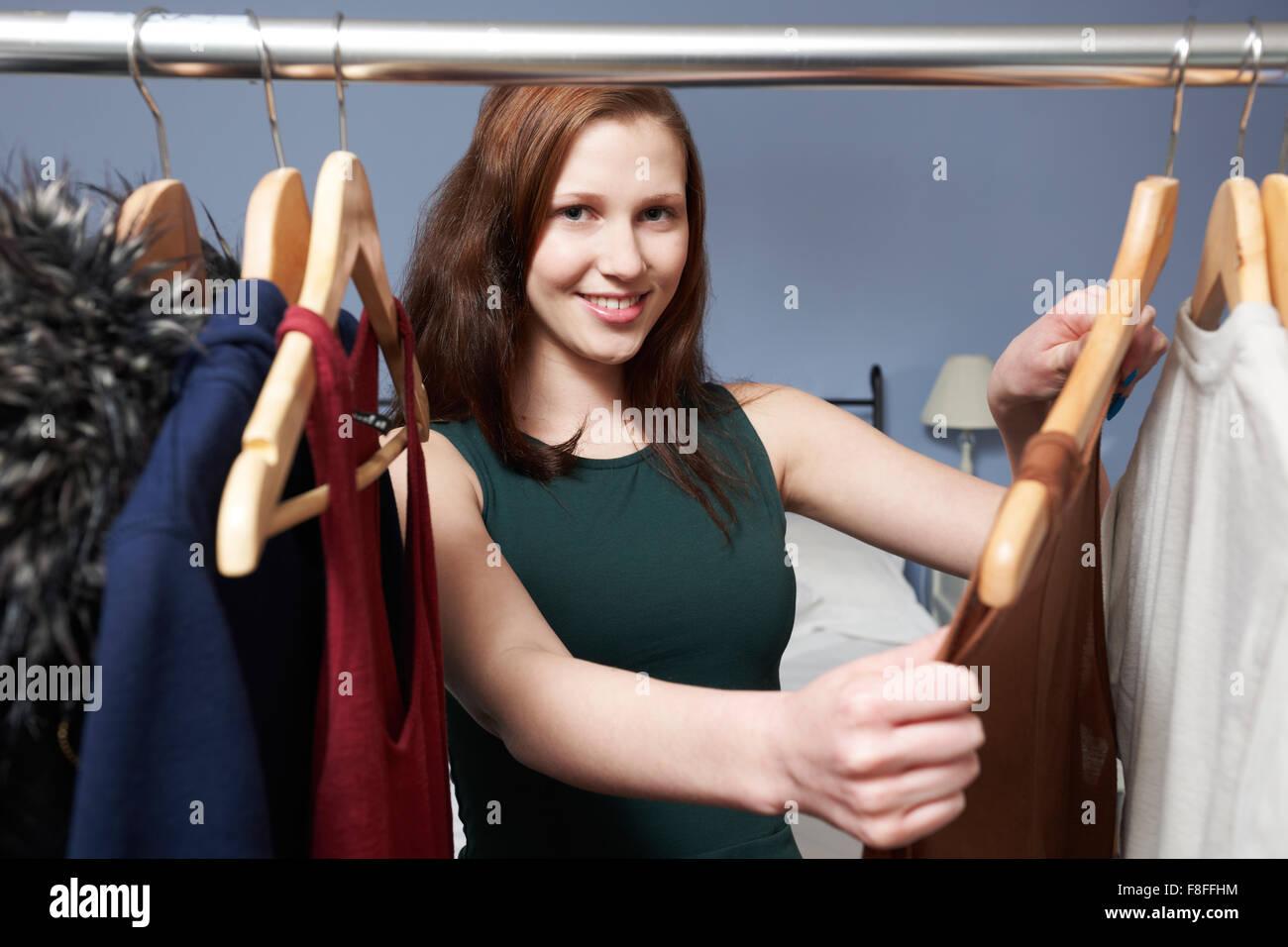Adolescente elegir ropa de armario Foto de stock