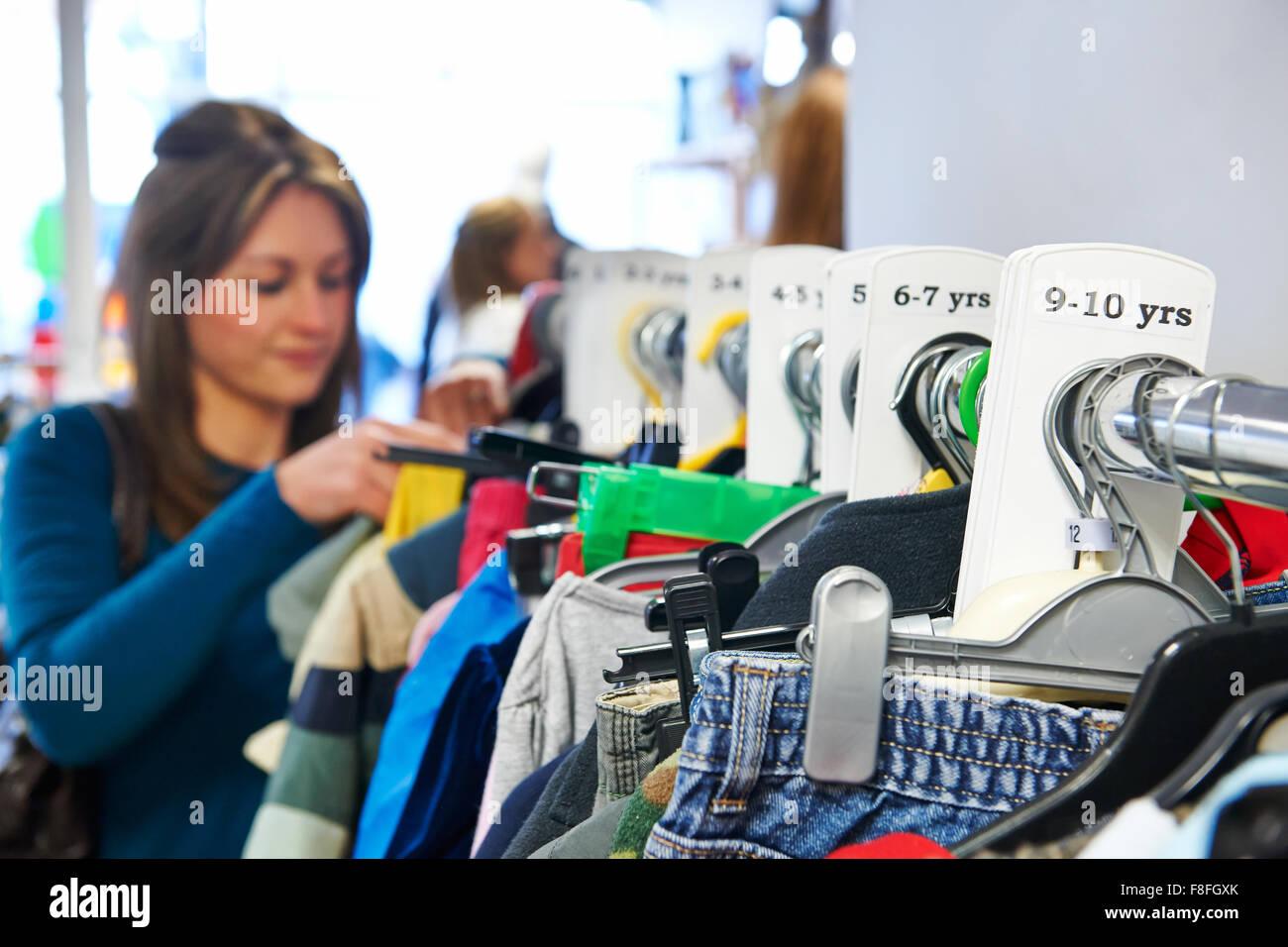 1ad818777127 Mujer comprar ropa de niños en la tienda de la Caridad Foto & Imagen ...