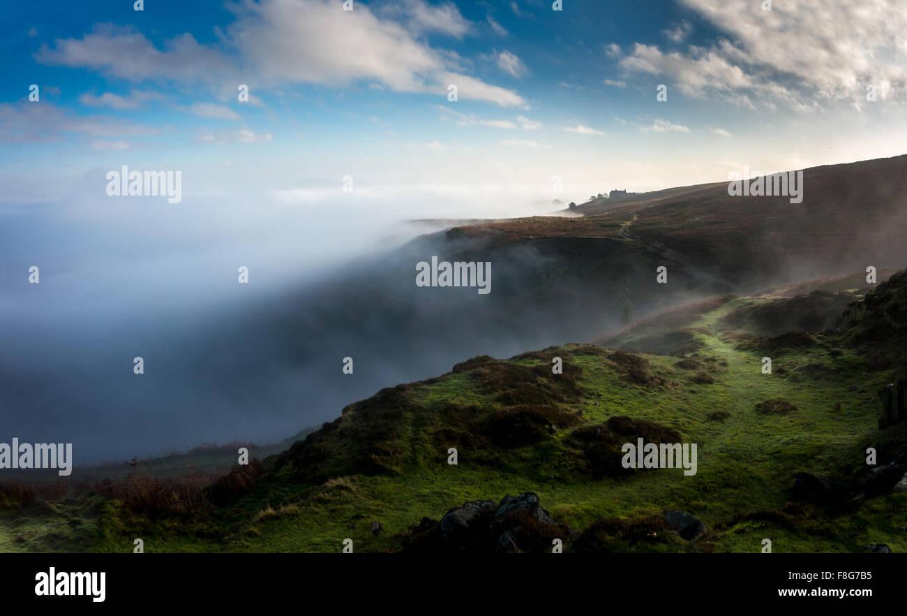 La inversión de la nube en los moros en un invierno ramble, Burley de Wharfedale, en Yorkshire, Inglaterra Imagen De Stock