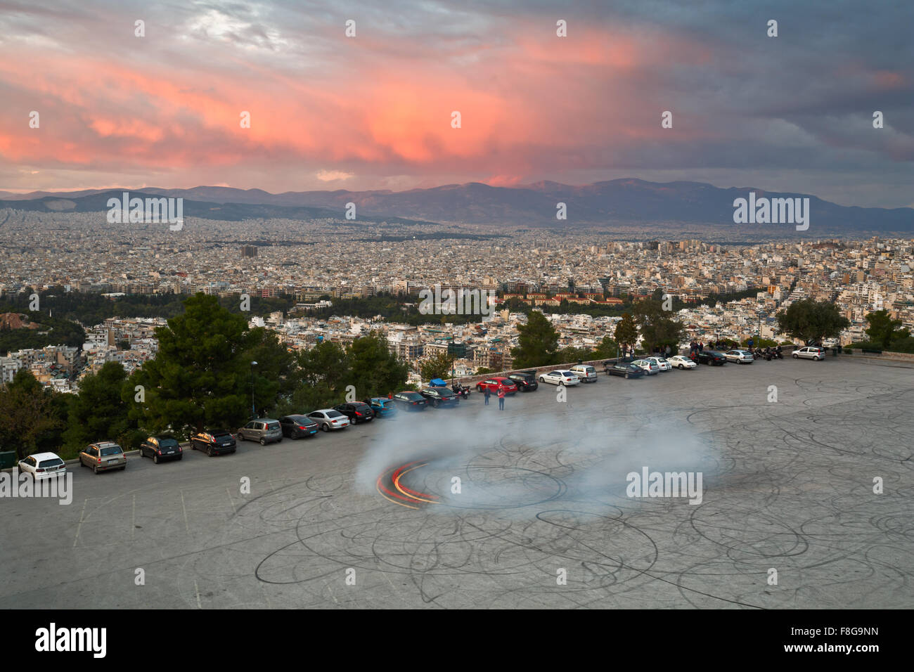 Plaza de aparcamiento en la Colina de Lycabettus, en Atenas, Grecia. Imagen De Stock