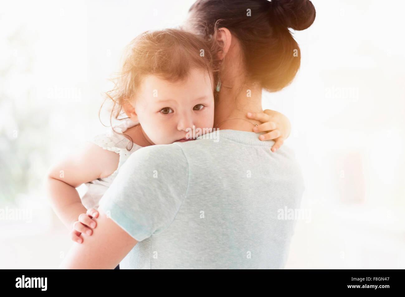 Madre sosteniendo hija Foto de stock