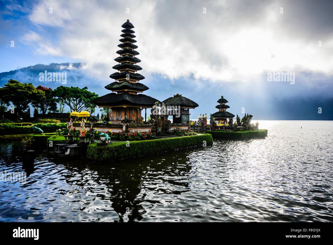 Pagoda flotando sobre el agua, Baturiti, Bali, Indonesia Imagen De Stock