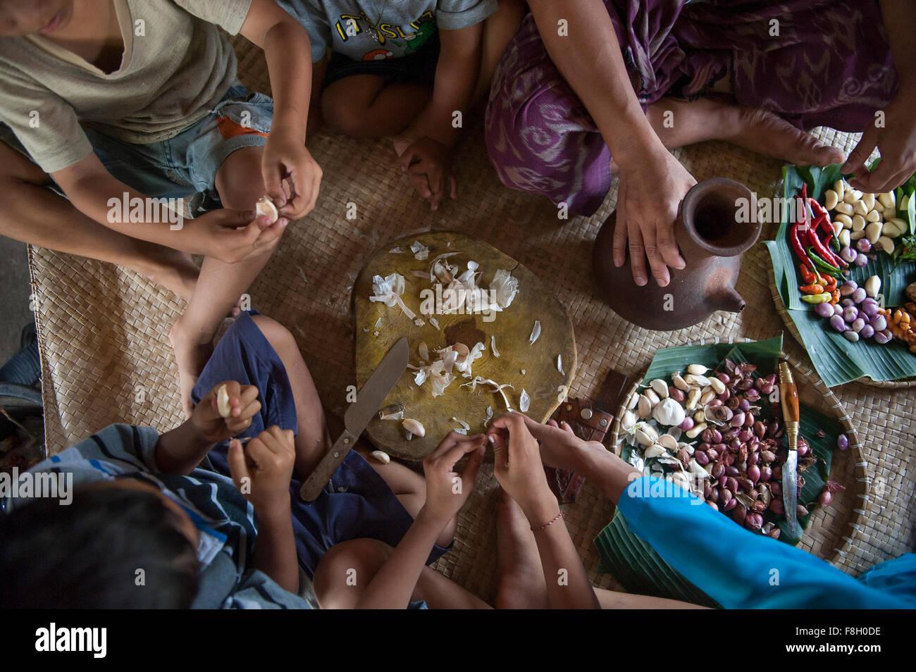 Comer en familia asiática estera tejida Foto de stock