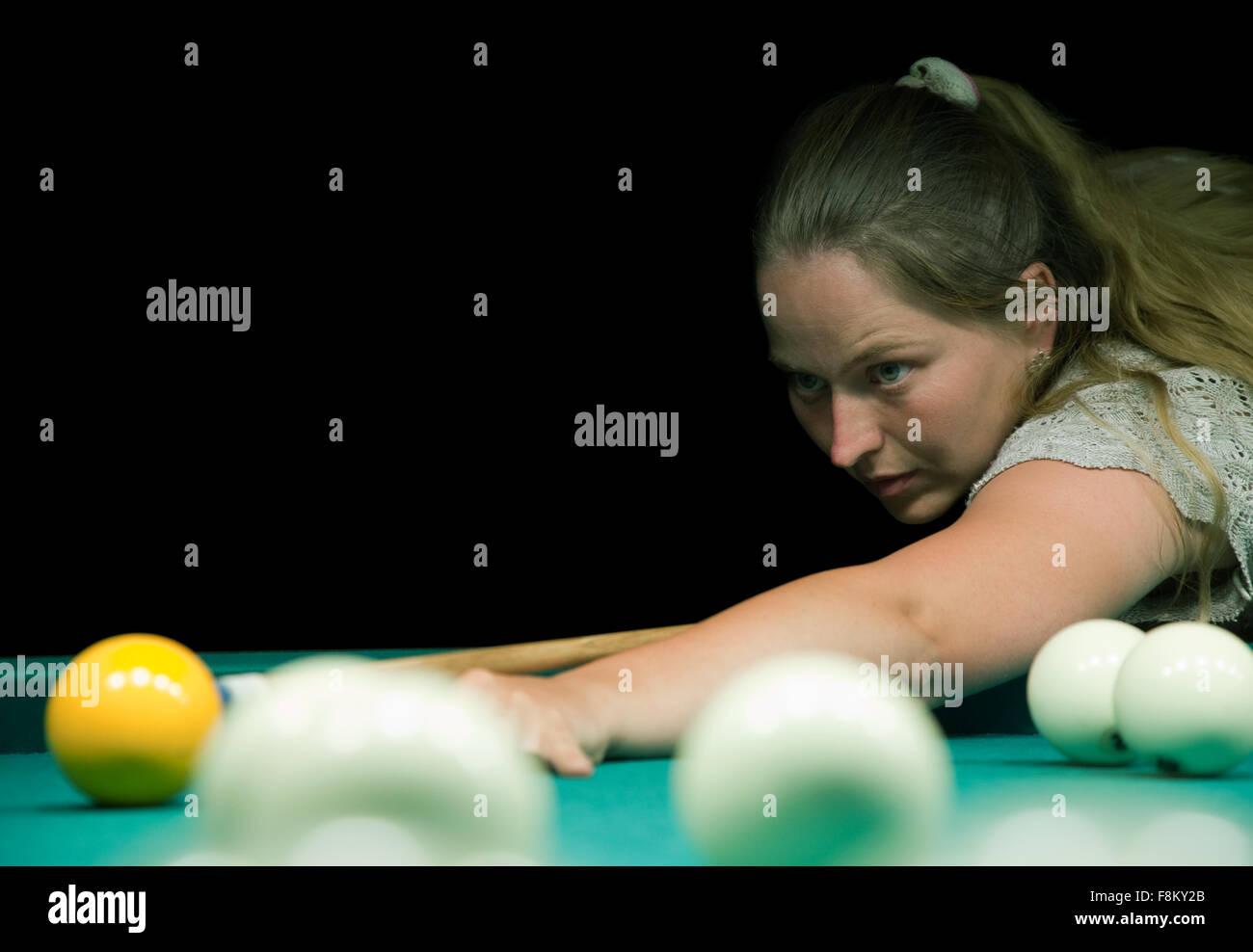 1699faaf5 Vestidos casuales mujer juega billar ruso Foto & Imagen De Stock ...