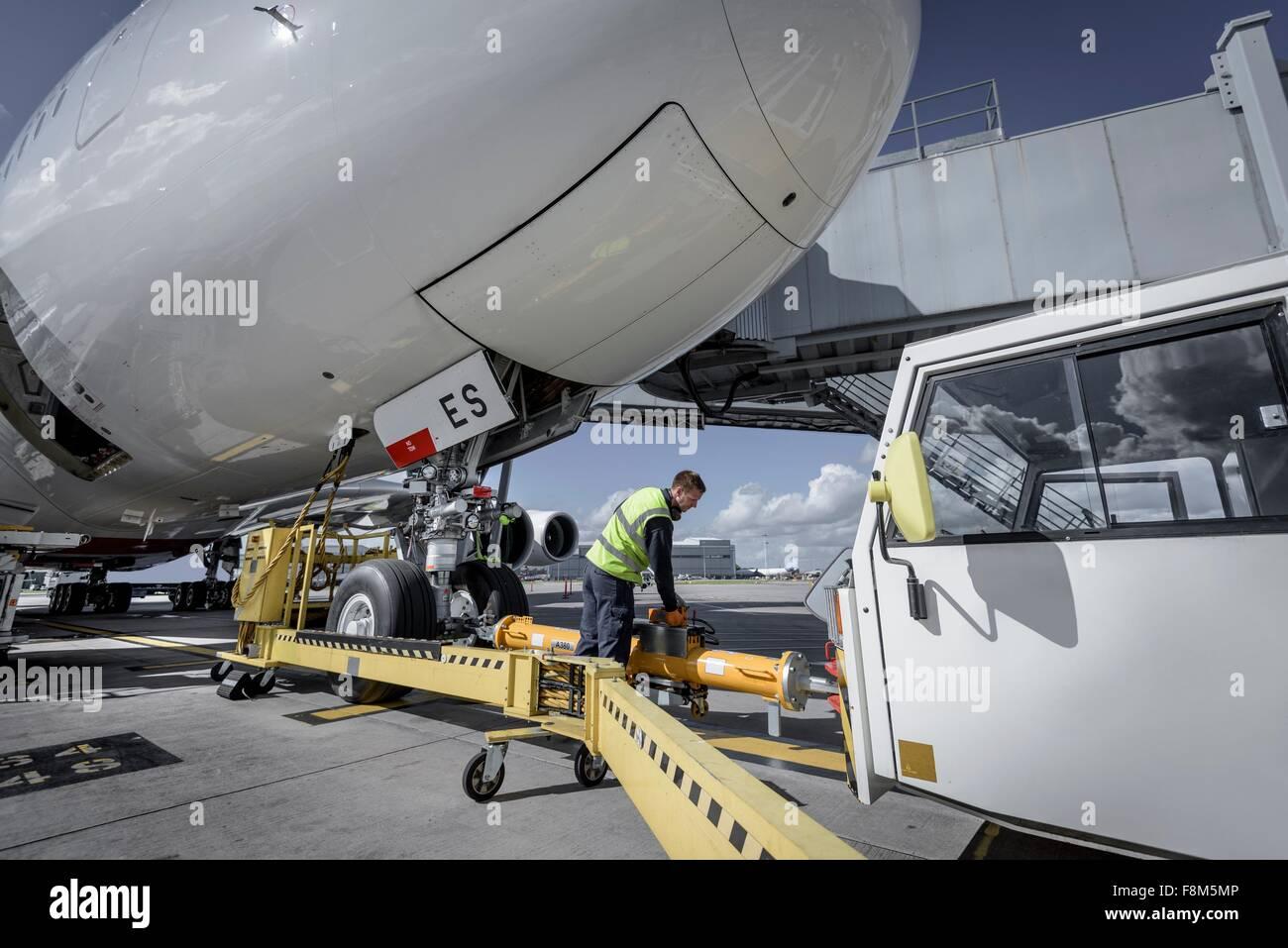 Ground Crew acoplar la barra de remolque de aviones A380 Foto de stock
