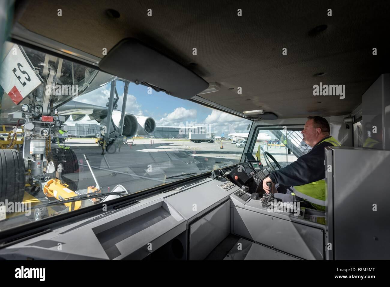 Controlador de remolcador remolcar aviones A380 Imagen De Stock