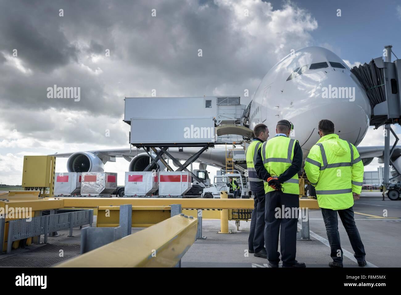 Ground Crew inspección de aviones A380 en el stand en el aeropuerto Imagen De Stock
