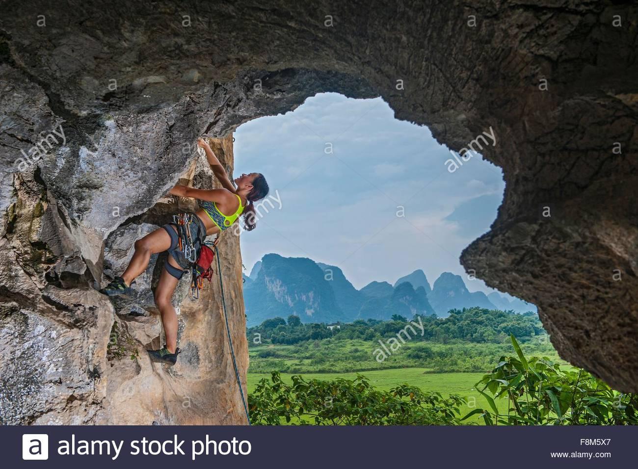 Escalada escalador femenino en el huevo en Yangshuo, Guangxi Zhuang, China Imagen De Stock