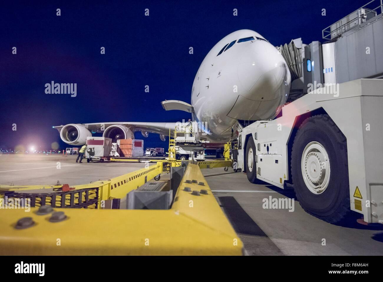 Noche sobre aviones A380 en el stand en el aeropuerto Imagen De Stock