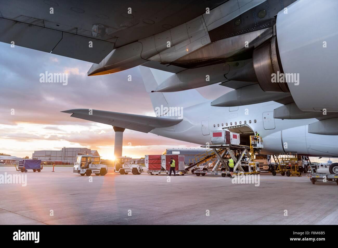 Tierra de la tripulación de aviones A380 de carga al atardecer Imagen De Stock