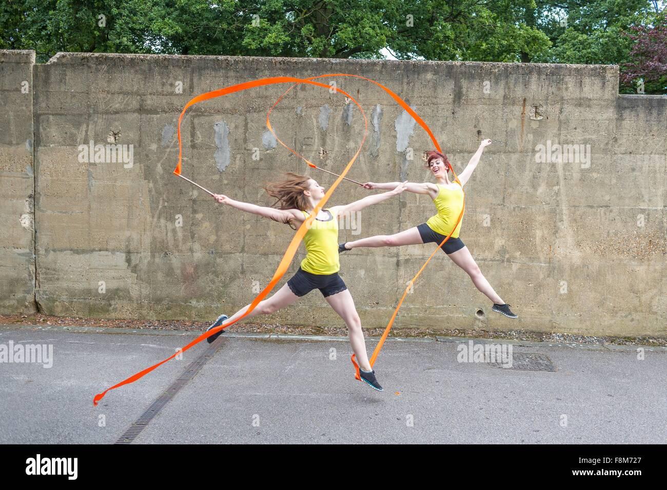 Las mujeres jóvenes practicando en la pista de baile de cinta Imagen De Stock
