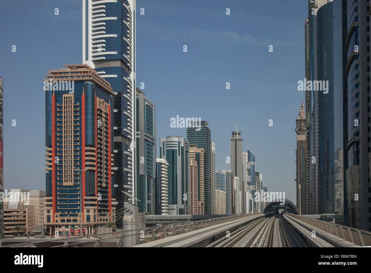 El perfil de la ciudad y metro de Dubai de la vía del tren, el centro de Dubai, Emiratos Árabes Unidos Imagen De Stock