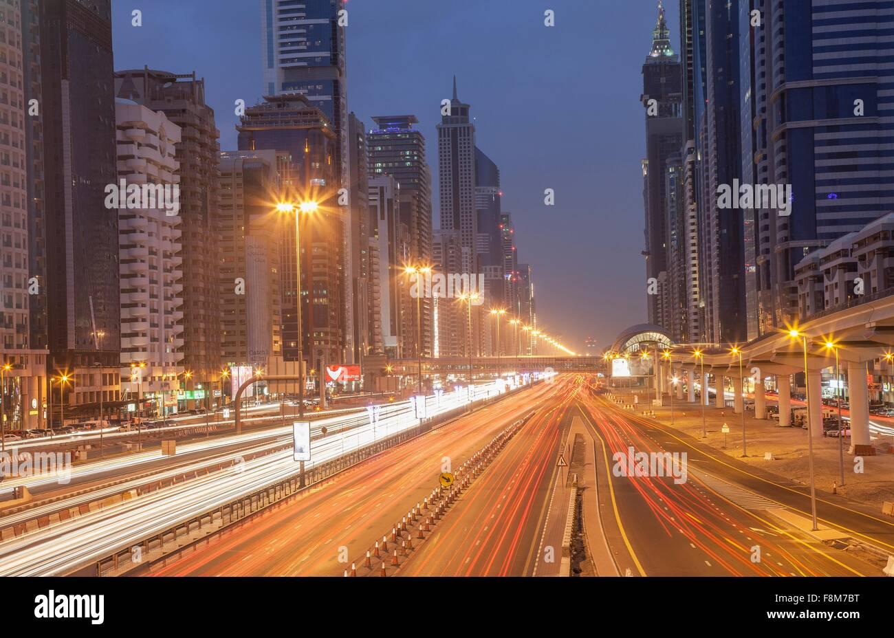 La autopista de la ciudad y la estación de metro de Dubai por la noche, el centro de Dubai, Emiratos Árabes Unidos. Foto de stock