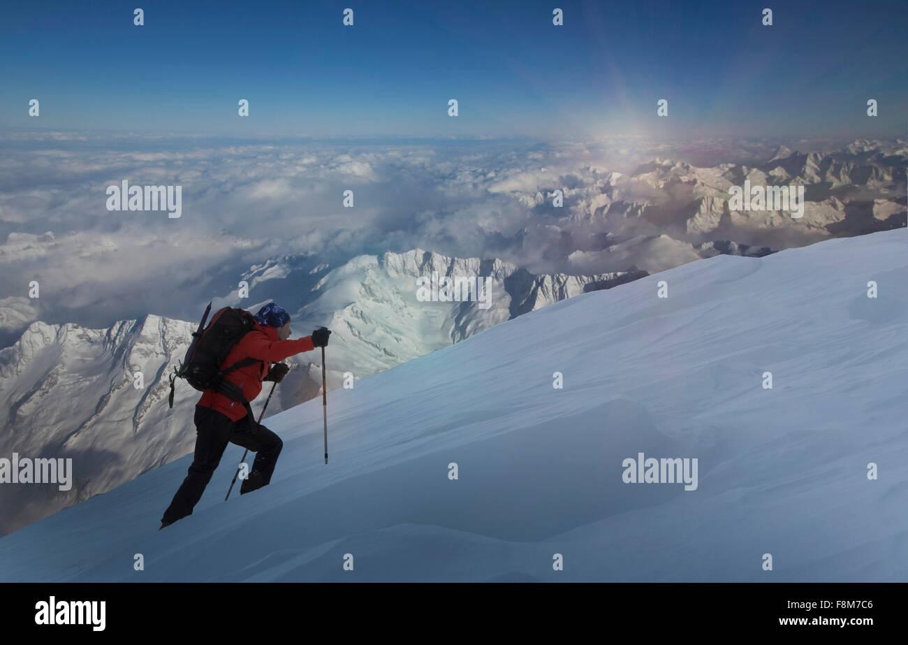Escalador sube a través de nieve profunda, Alpes Suizos, Cantón Wallis, Suiza Imagen De Stock