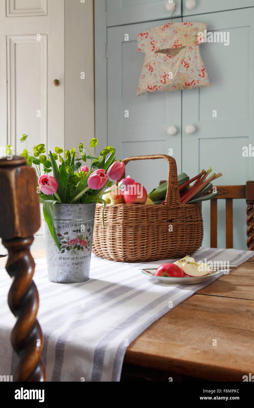 Canasta de frutas y verduras en la mesa de la cocina Foto & Imagen ...