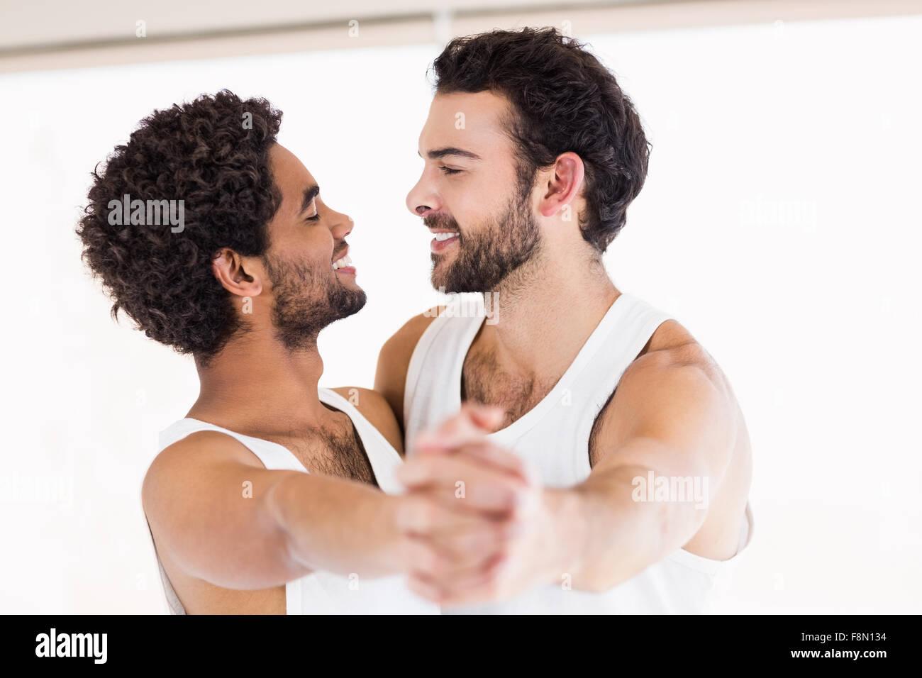 pareja de gay bailando