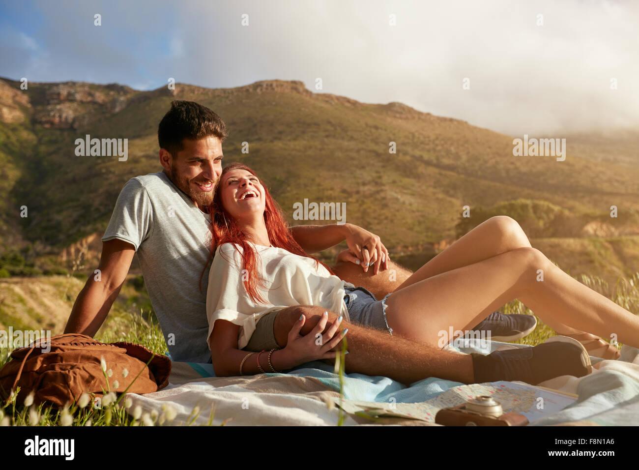 Retrato de una joven pareja lindo sentados juntos y sonrientes. Hombre y mujer joven ion vacaciones de verano. Disfrutar Imagen De Stock