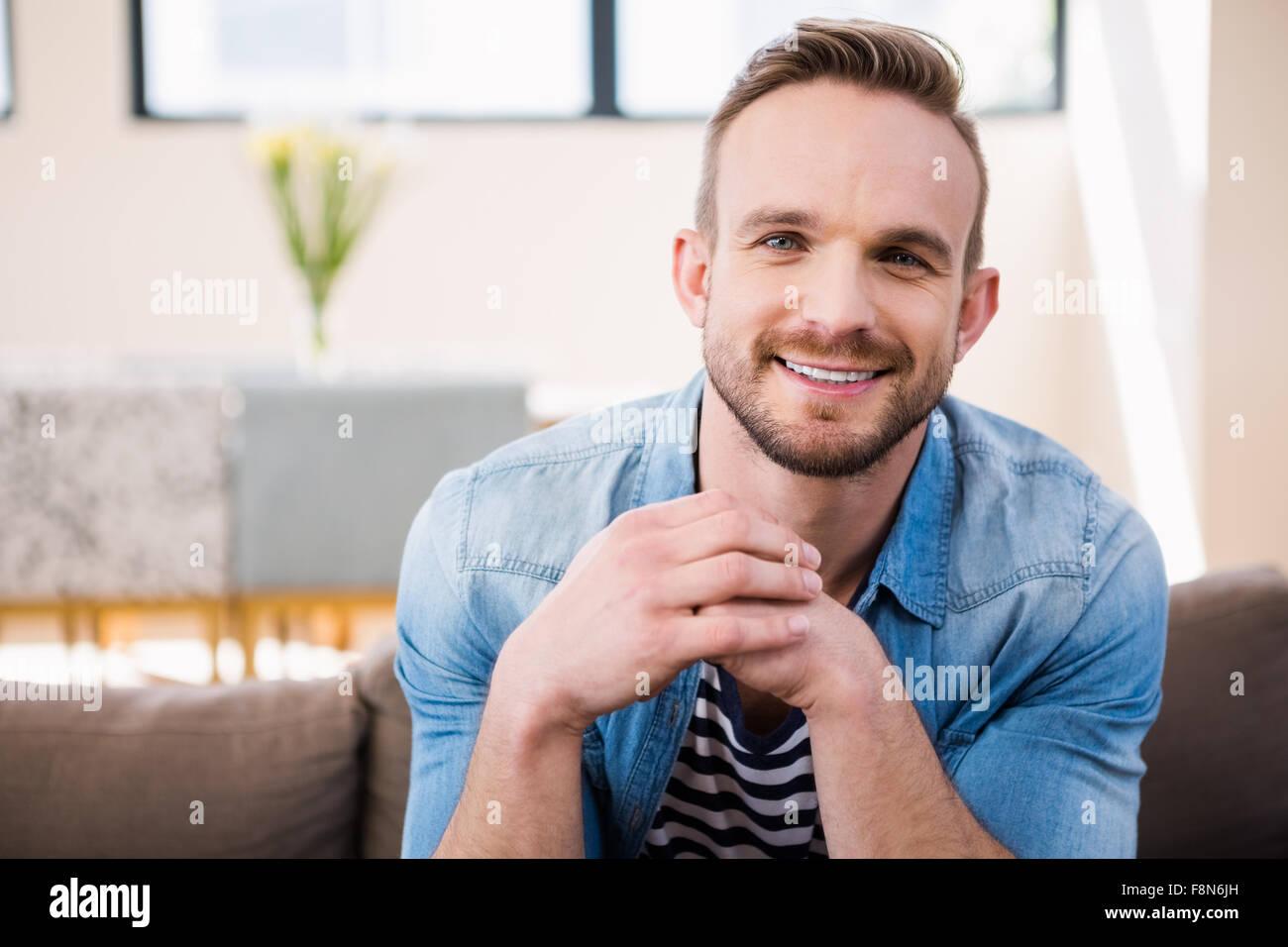 Apuesto hombre sonriendo a la cámara Foto de stock