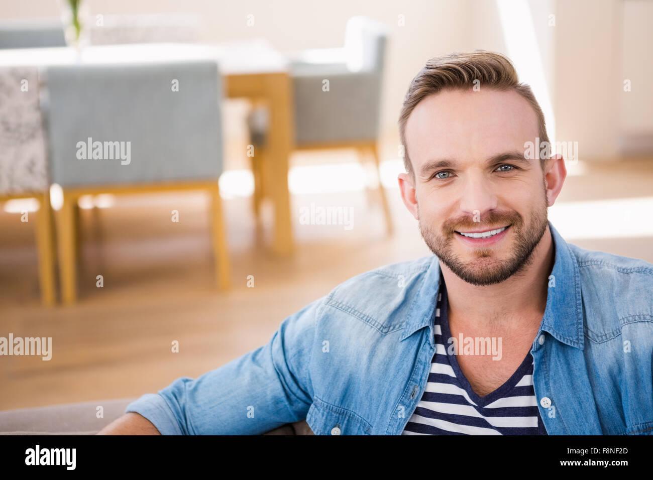 Apuesto hombre sonriendo a la cámara Imagen De Stock