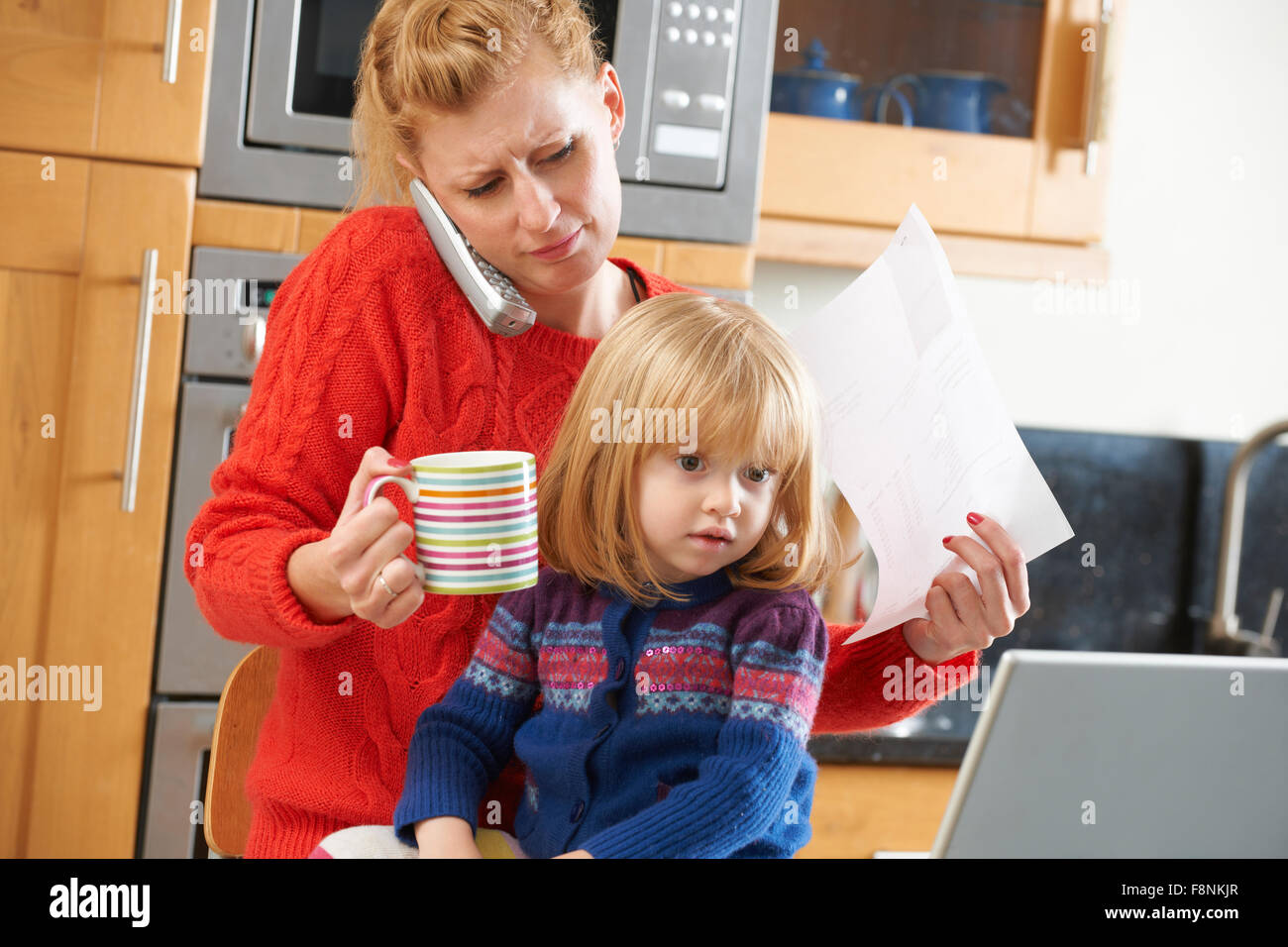 Ocupada Madre Sobrellevar estresante día en casa Imagen De Stock