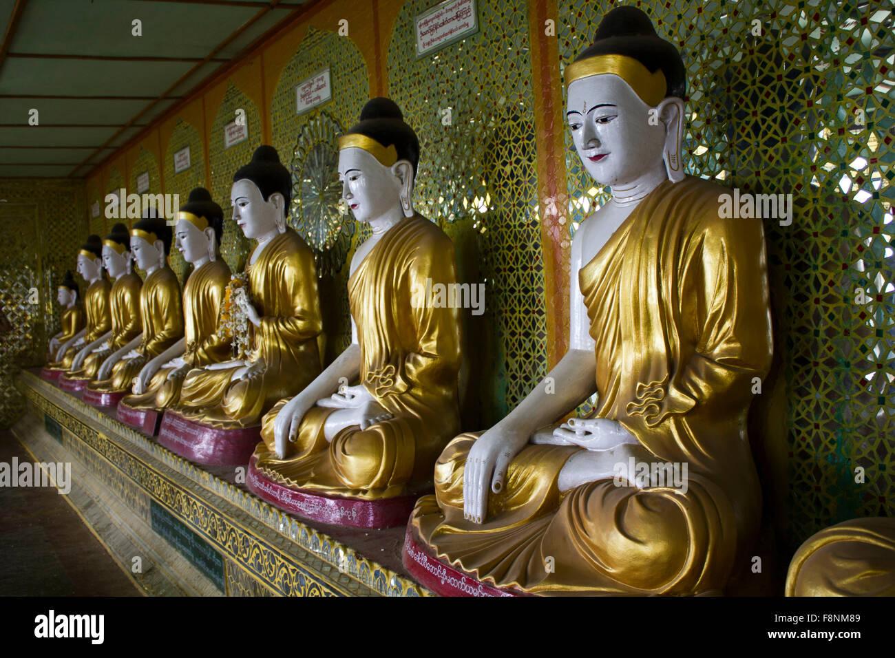 U Min Thonze templo budista sobre la colina de Sagaing. En la Pagoda hay muchos diferentes Budas 45 imágenes Imagen De Stock
