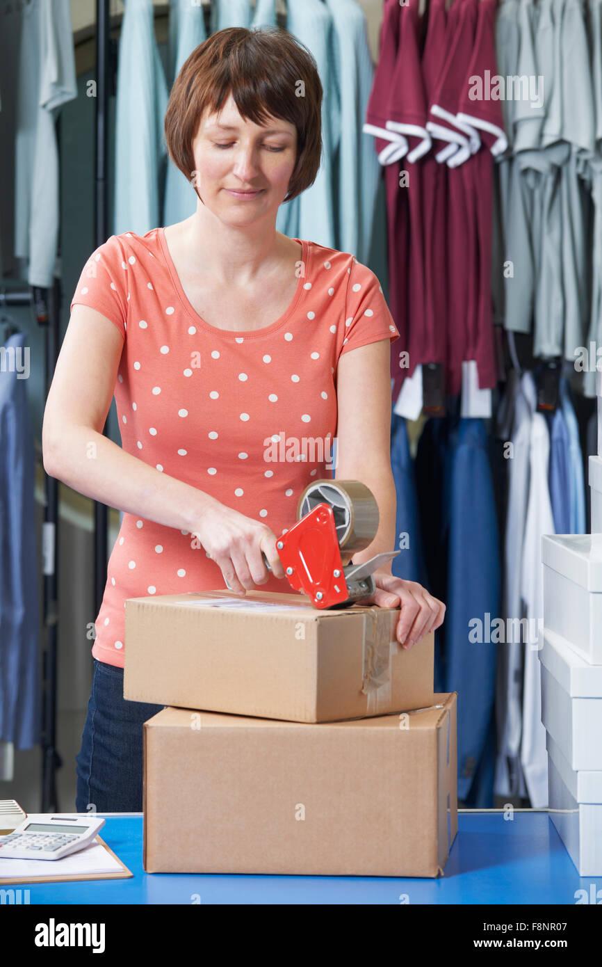 Mujer corriendo en la línea de negocio de ropa Imagen De Stock