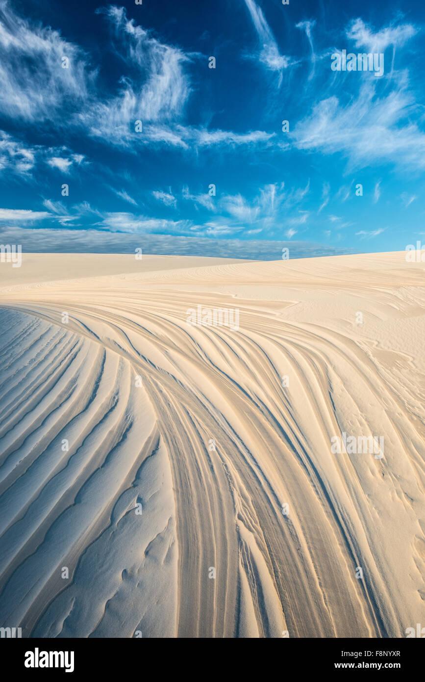 Patrones de dunas y el cielo, Lencois Maranhenses National Park, el Brasil, el Océano Atlántico Imagen De Stock